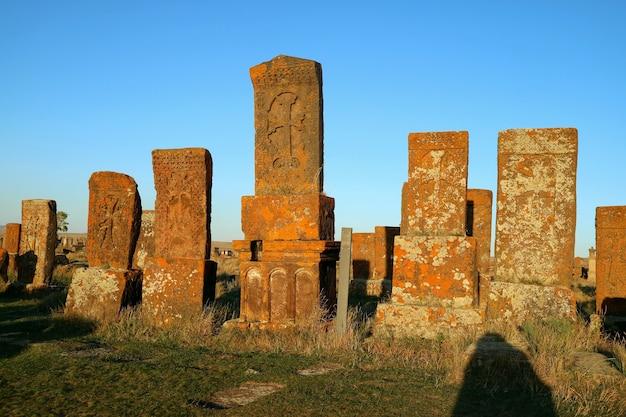 Grande ammasso di primi khachkars pietra trasversale armena al cimitero medievale di noratus armenia