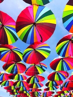 Grandi ombrelli multicolori colorati sopra la testa