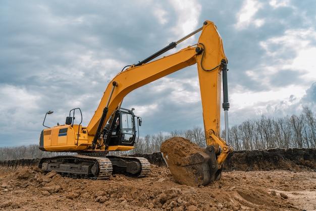 Escavatore di grandi dimensioni in cantiere