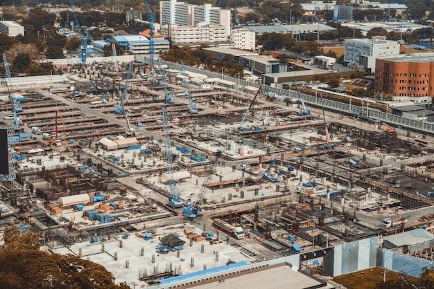 Grande cantiere con macchinari pesanti in metropoli