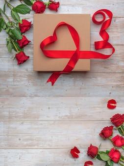 Grande confezione regalo artigianale decorazione a nastro a forma di cuore, rose di lusso, superficie in legno.