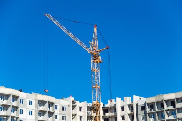 Gru di grandi dimensioni e case a più piani in costruzione