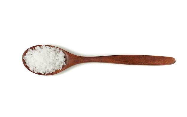 Grandi cristalli di sale marino bianco in un cucchiaio di legno marrone