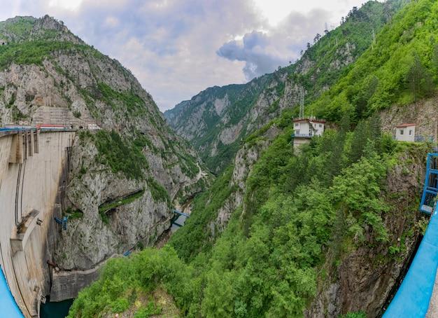 Grande diga nel nord del montenegro