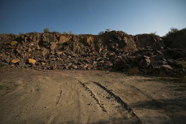 Grandi depositi di materiali lapidei vicino a una cava mineraria