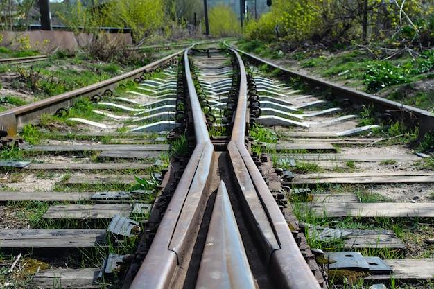 Una grande forcella vuota della ferrovia. seleziona lo stato attivo sul punto centrale
