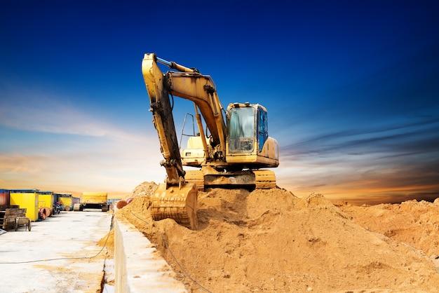 Grande escavatore su un campo
