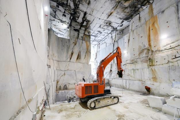 Grande escavatore all'interno di una cava di marmo di carrara