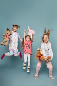 Famiglia numerosa, i bambini si divertono e giocano al mattino su un blu.
