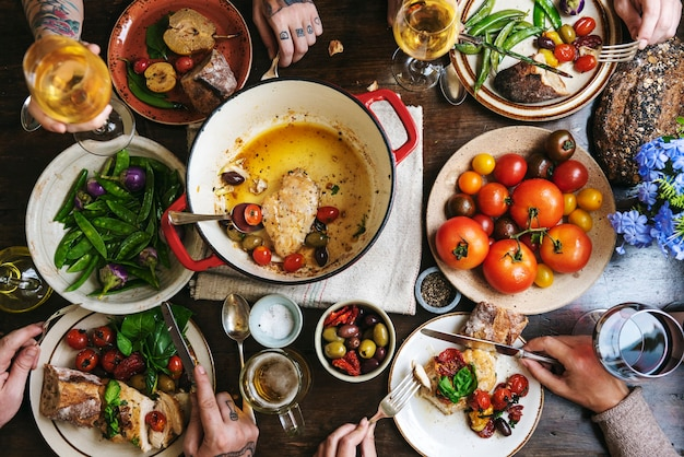 Famiglia numerosa che cena a tavola