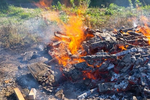 Un grande fuoco che arde all'aperto.