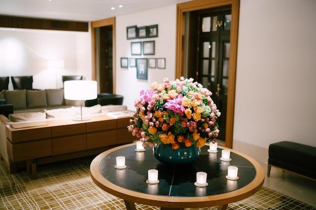 Grande composizione floreale in un vaso in occasione di un matrimonio nella hall dell'hotel