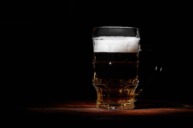 Grande boccale di vetro di birra alla spina ghiacciata e frizzante