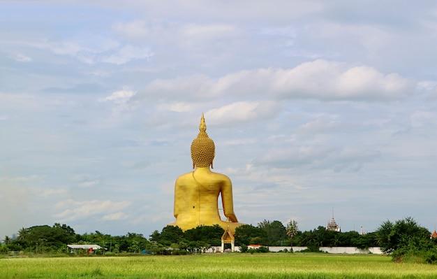 Grande immagine dorata del buddha della vista del tempio di wat muang dal retro, provincia di ang thong, thailandia