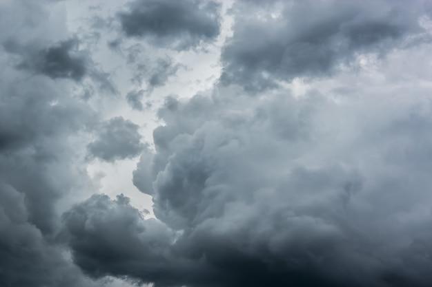 Grande nuvola di tempesta grigia su uno sfondo di cielo nuvoloso