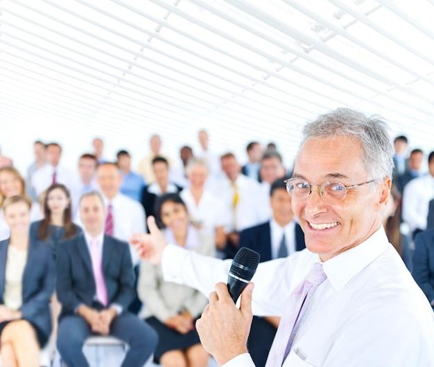 Grande gruppo di professionisti aziendali