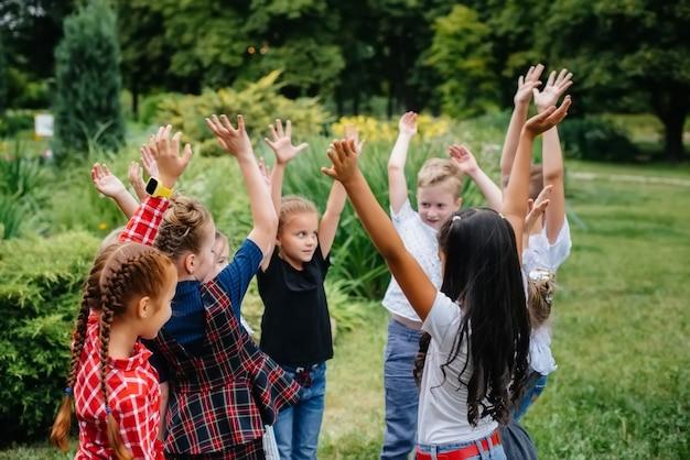 Un folto gruppo di bambini gioca nel parco