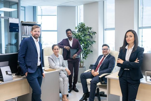 Grande gruppo di giovani impiegati interculturali di successo