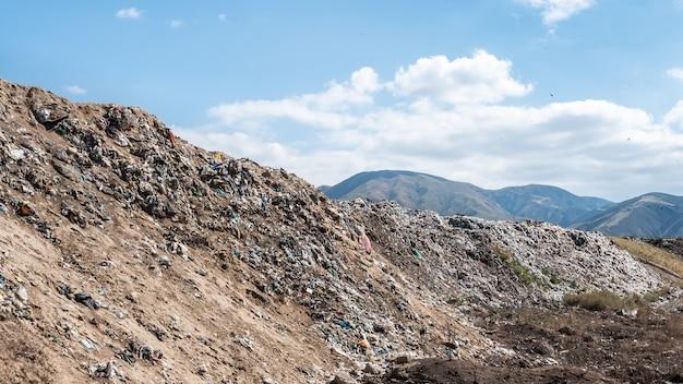 Grande discarica di rifiuti domestici.
