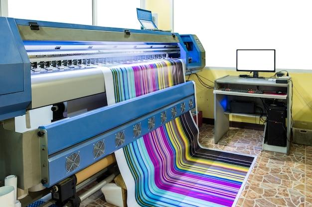 Grande stampante a getto d'inchiostro cmyk multicolore che lavora su banner in vinile con controllo del computer