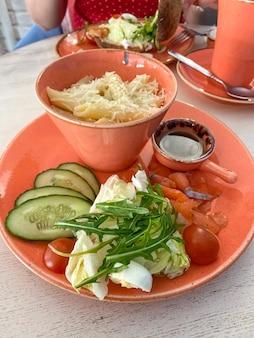 Insalata grande italiana con penne rigate penne e verdure fresche con fettine di salmone
