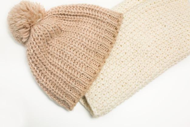 Cappello a maglia larga e sciarpa bianca isolata su sfondo bianco