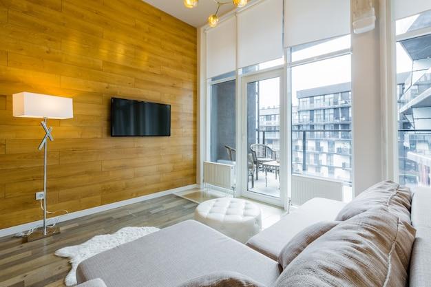 Ampio soggiorno con letto in stile moderno dai colori chiari bianchi