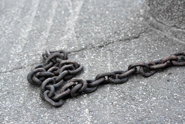 Una grande catena lunga sullo sfondo del primo piano del marciapiede