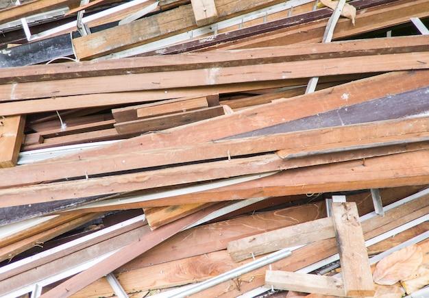 Grande mucchio di legname dalla casa distrutta.