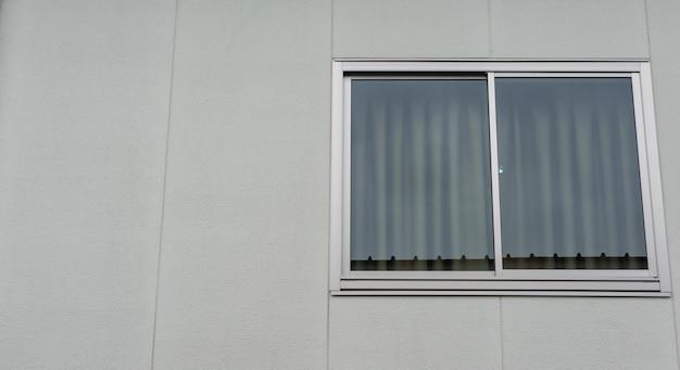 Grande finestra di lusso moderna dell'hotel, installazione di una nuova cornice in vetro per camera