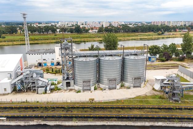 Grande e moderno impianto per lo stoccaggio e la lavorazione delle colture cerealicole.