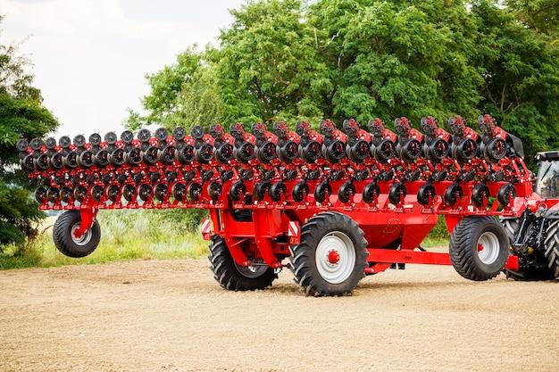 Grande trattore moderno per la semina del grano. macchinari agricoli