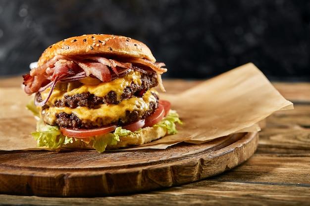 Un grande hamburger da leccarsi i baffi con tortino di manzo alla griglia e verdure fresche.