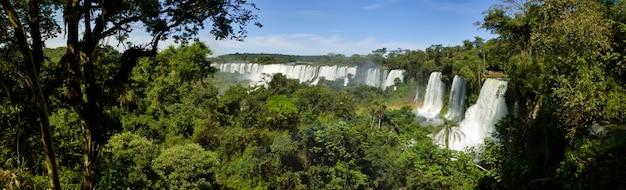 Ampio panorama naturale della cascata di iguacu (iguazu) al confine tra brasile e argentina. incredibile vista delle cascate cataratas in un bel tempo soleggiato