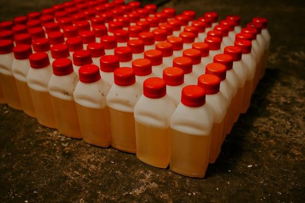 Un gran numero di bottiglie con un coperchio rosso
