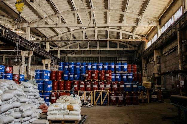 Un gran numero di barili di ferro con prodotti chimici
