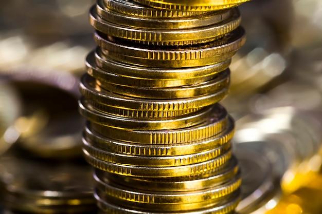 Un gran numero di monete metalliche