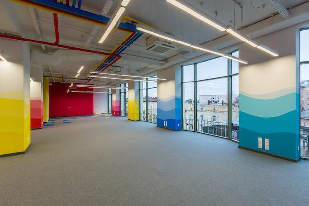 Grande centro uffici in stile moderno con pareti colorate non arredato