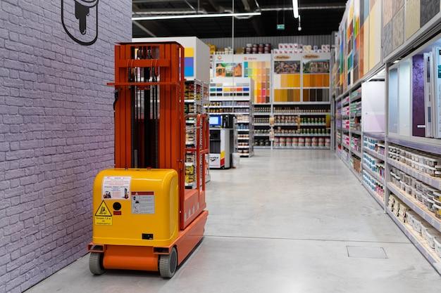 Un grande negozio di vernici con una vasta selezione di prodotti di molti produttori di diversi colori.