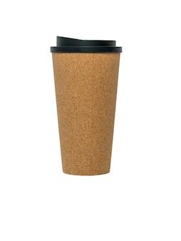 Grande tazza di caffè di carta isolato su priorità bassa bianca. una bevanda calda popolare.