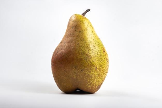 Grande albero di pera sulla superficie isolata bianca
