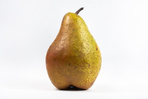 Grande albero di pera su bianco isolato.