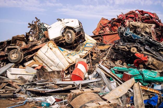 Grande mucchio di rottami metallici pronti per il riciclaggio in spazzatura.