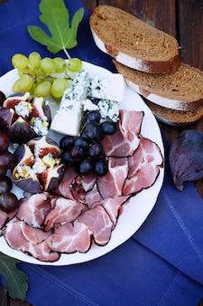 Piatto grande con snack di lusso e pane