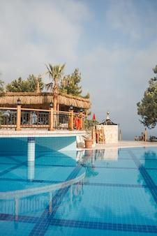 Grande piscina con acqua cristallina e zone relax. area di nuoto sul territorio dell'hotel.