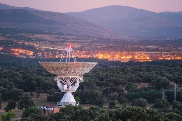 Antenna radio grande del telescopio