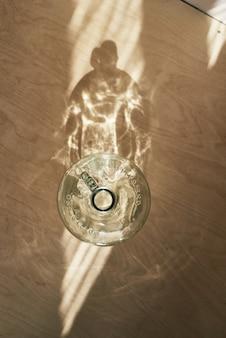 Grande riciclo grande bottiglia di vino in vetro vista dall'alto con riflesso