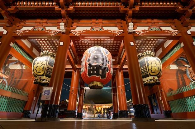 Una grande lampada rossa nel tempio di sensoji, in giappone. conosciuto anche come santuario di asakusa
