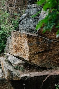 Grande roccia, muro di pietra, natura in montagna