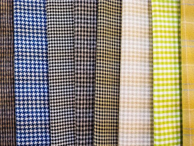 Una vasta selezione di tessuti scozzesi luminosi nel negozio di tessuti.